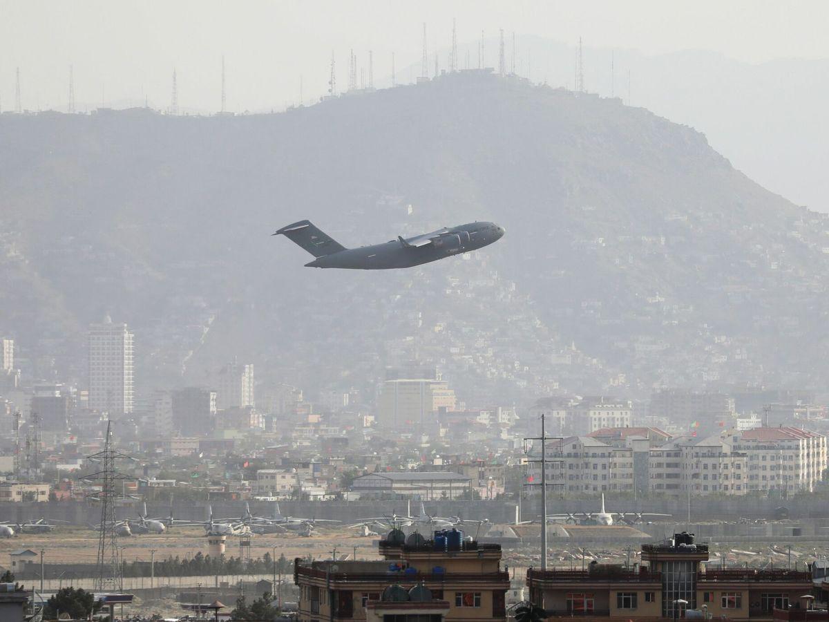 Foto: Un avión militar despega del Aeropuerto Internacional Hamid Karzai de Kabul. (EFE)
