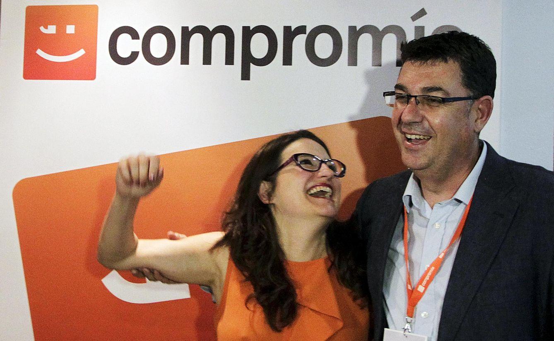 Mònica Oltra, de Iniciativa, y Enric Morera, del Bloc, celebran los resultados de Compromís en la noche del 24-M. (Reuters)