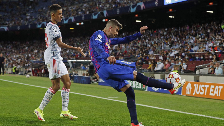 Piqué despeja la pelota. (Reuters)