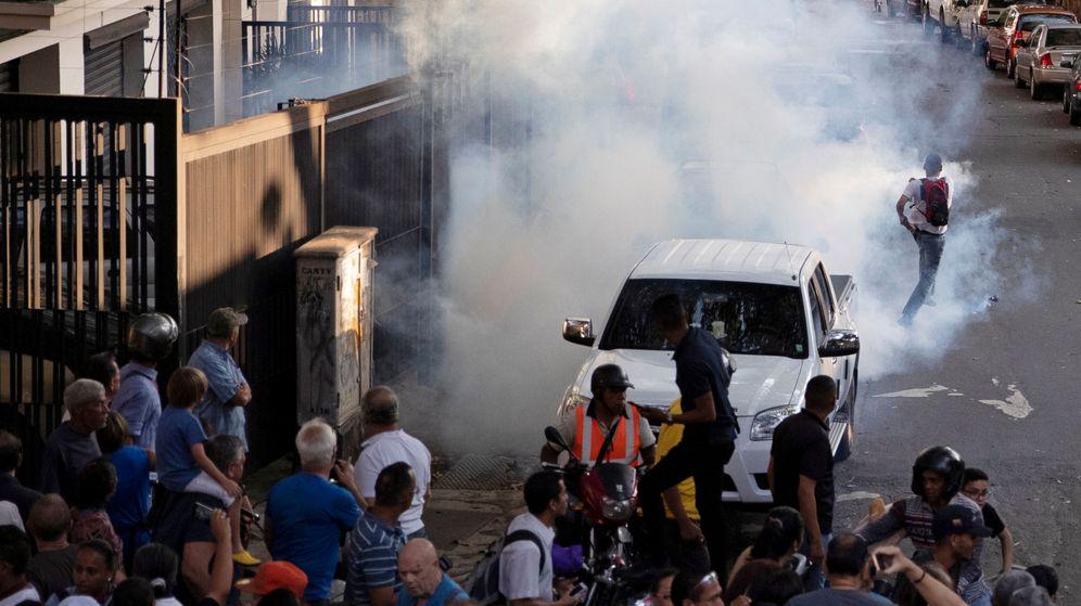 Foto: En algunas zonas de Caracas se han producido manifestaciones que han incluido bloqueo de carreteras. (Reuters)