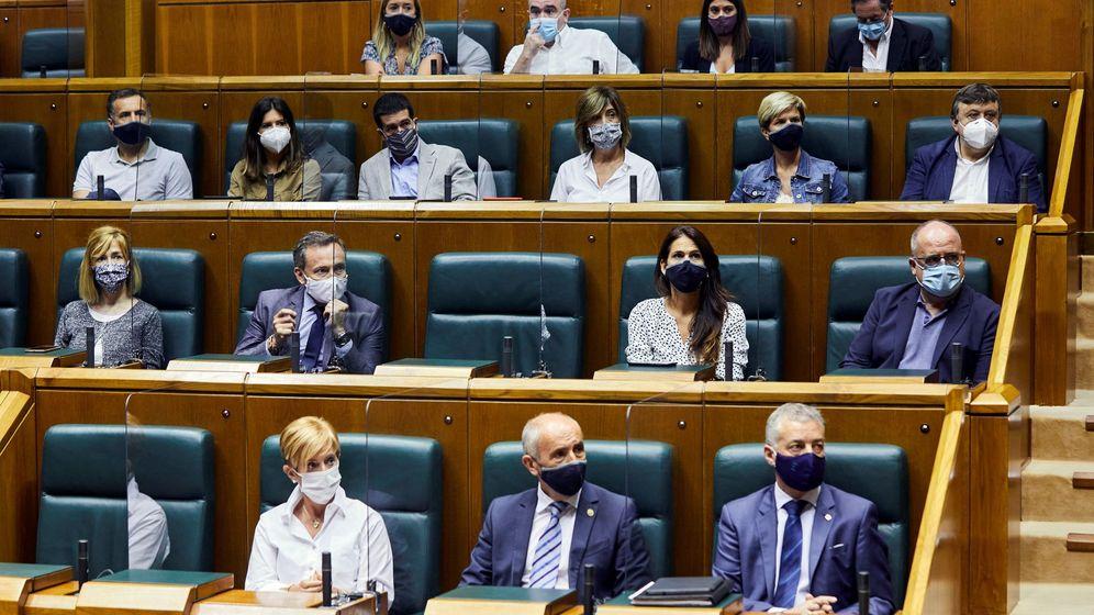Foto: Urkullu (en la esquina inferior derecha), junto a miembros de su Gobierno y parlamentarios del PNV, en la Cámara vasca. (EFE)