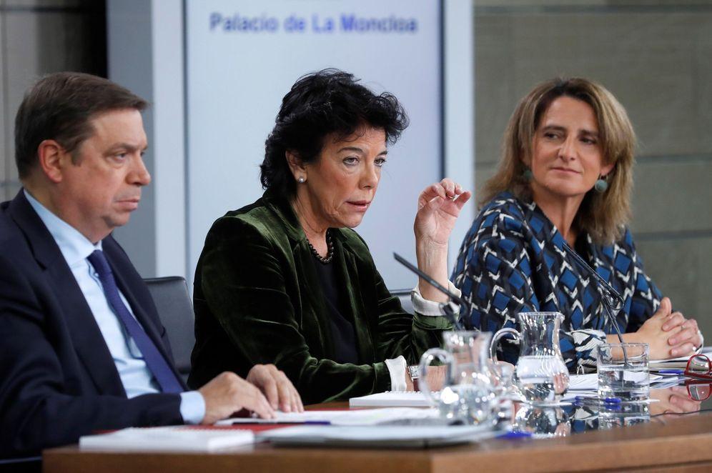 Foto: Isabel Celaá, con los ministros Luis Planas y Teresa Ribera, este 8 de noviembre. (EFE)