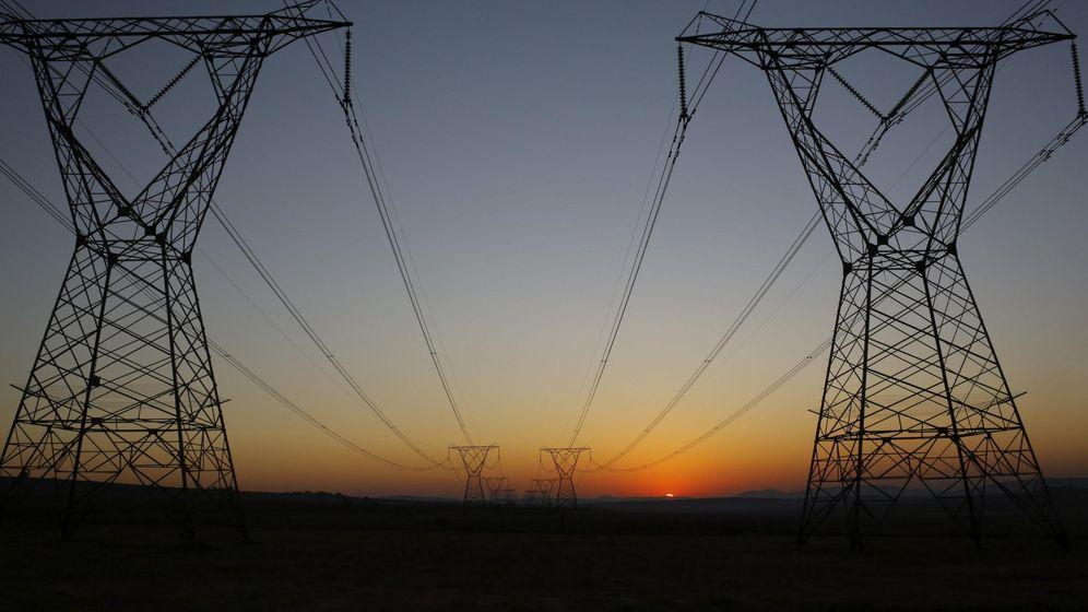 Foto: Dos postes eléctricos en Sudáfrica. (EFE)