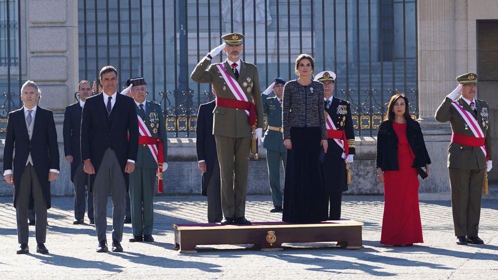 Foto: Los Reyes, junto al presidente del Gobierno, el ministro del Interior y la ministra de Defensa. (Reuters)
