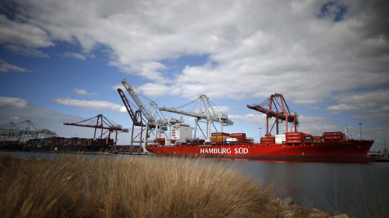 Buques mercantes atracan en el puerto de Long Beach, en California (Reuters).