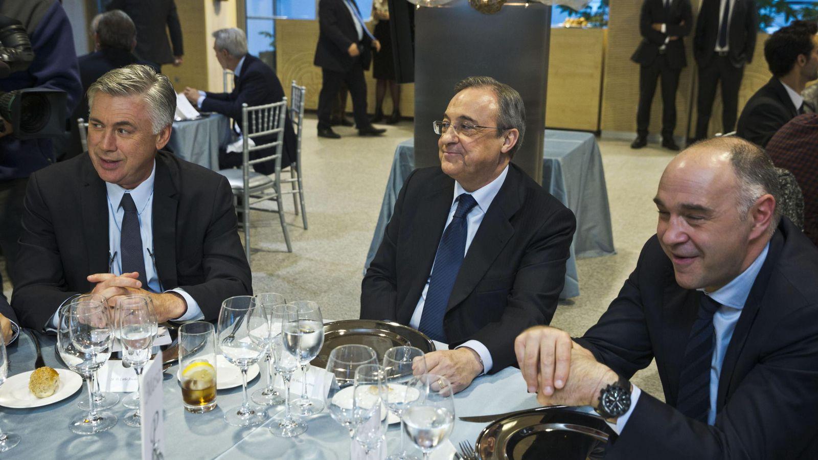 Foto: Carlo Ancelotti, Florentino Pérez y Pablo Laso, en la última comida de Navidad del Real Madrid (Efe)