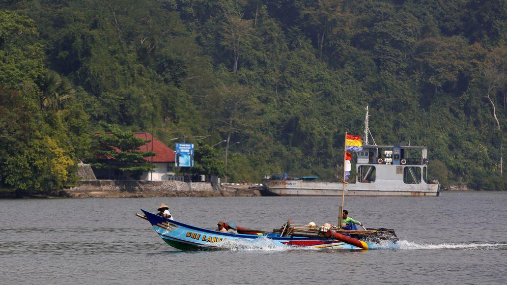 Foto: Foto de archivo de un barco de pesca junto al puerto de transbordadores en Java Central, Indonesia. (Reuters)