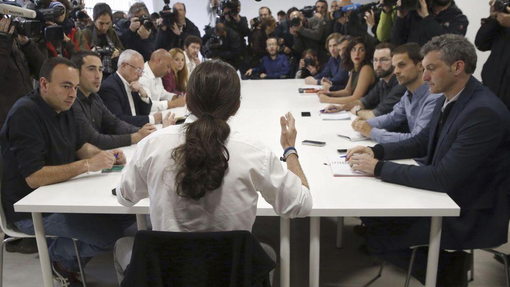 Foto: Pablo Iglesias, con los candidatos de su partido a las elecciones autonómicas. (Efe)