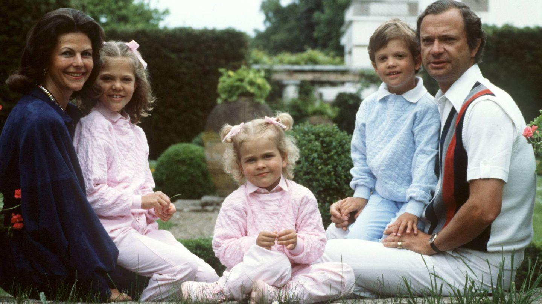 Los reyes Carlos Gustavo y Silvia de Suecia con sus tres hijos: Victoria, Magdalena y Carlos Felipe, en Solliden. (CP)