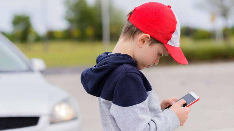 Foto: Niño jugando con un móvil (iStock)