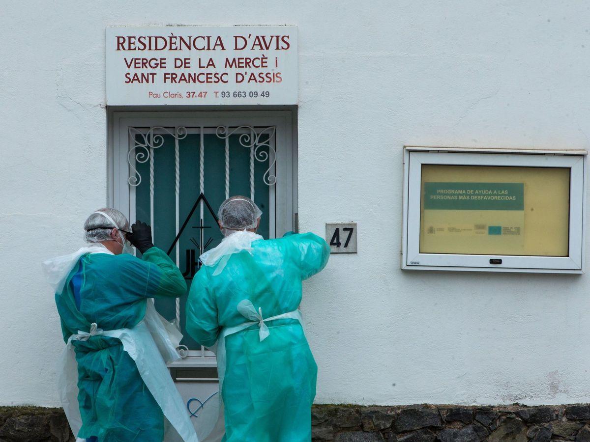 Foto: Dos miembros del personal sanitario del Centro de Atención Primaria (CAP) de Palleja (Barcelona) acuden a una residencia geriátrica. (EFE)