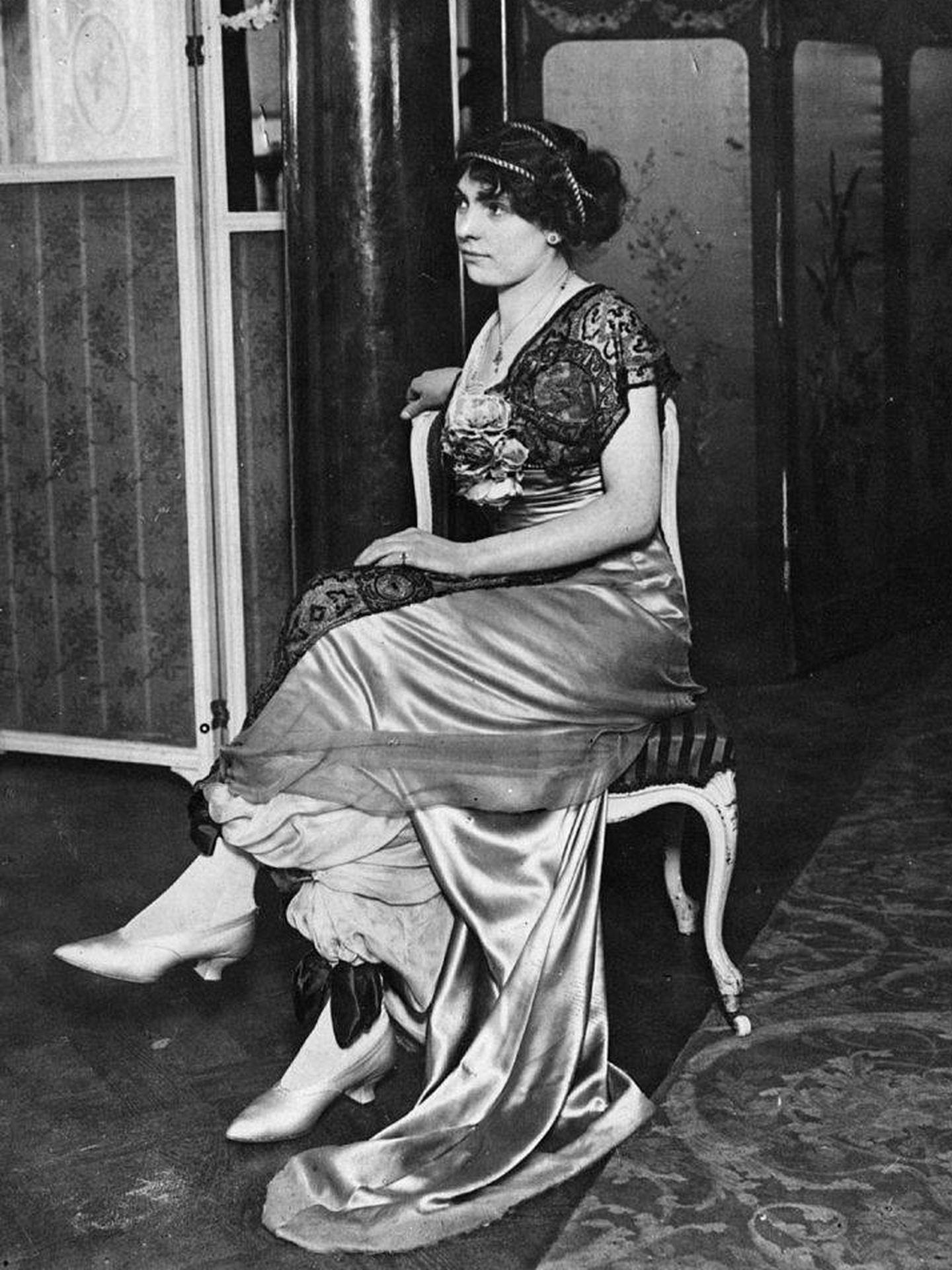 Mujer de 1911 luciendo un vestido sobre culottes. (Getty)