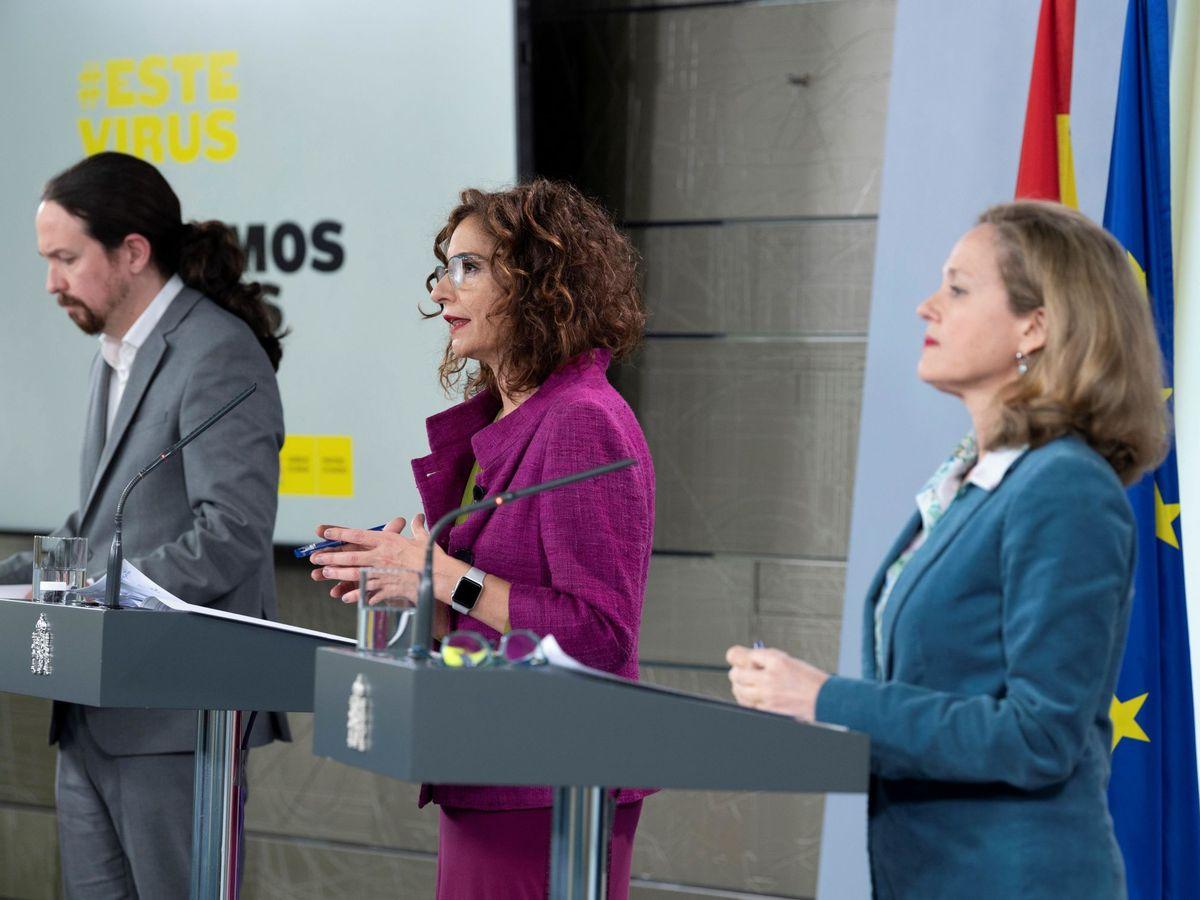 Foto: Pablo Iglesias, María Jesús Montero y Nadia Calviño durante una rueda de prensa en La Moncloa. (EFE)
