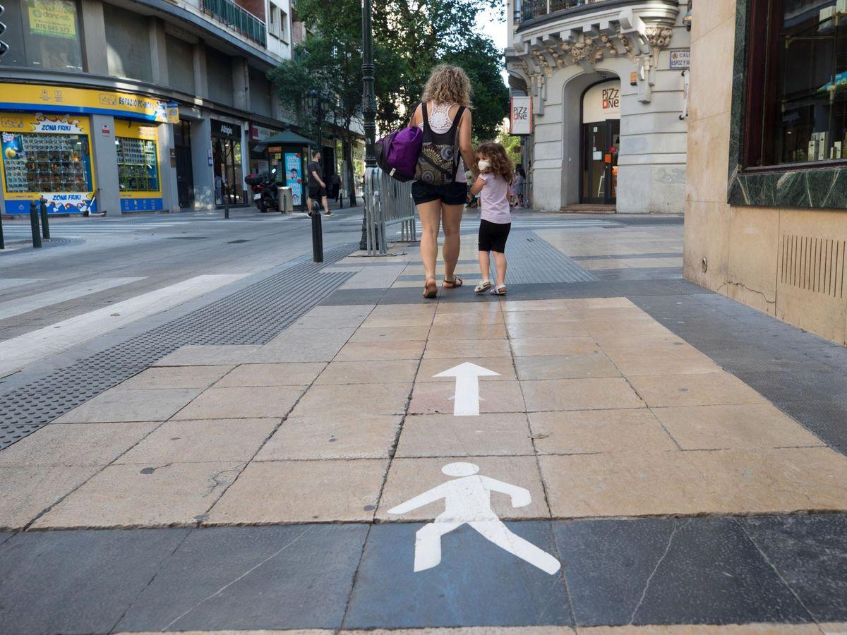 Foto: Una mujer camina por las calles de Zaragoza. (EFE)