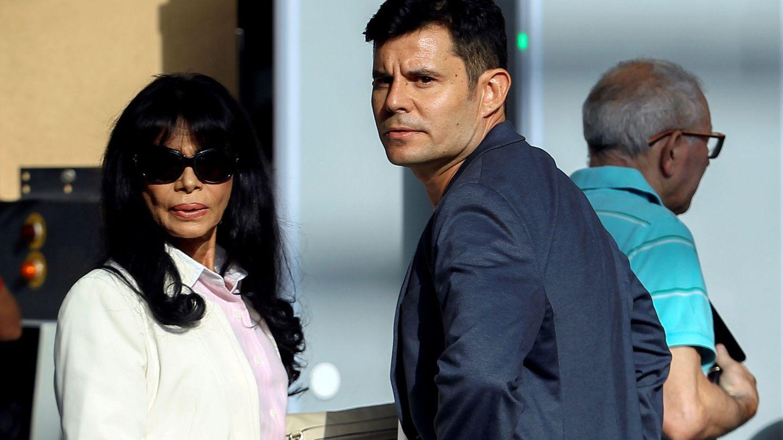 Javier Sánchez Santos, con su madre, María Edite. (Reuters)