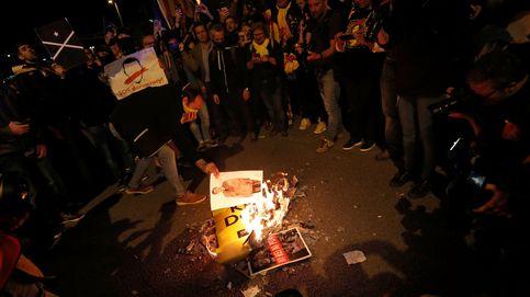 Manifestantes secesionistas queman fotos del Rey ante los Premios Princesa de Girona