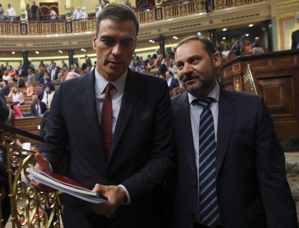 Foto: Pedro Sánchez y el ministro de Fomento en funciones, José Luis Ábalos, el pasado 22 de julio en el debate de investidura en el Congreso. (EFE)