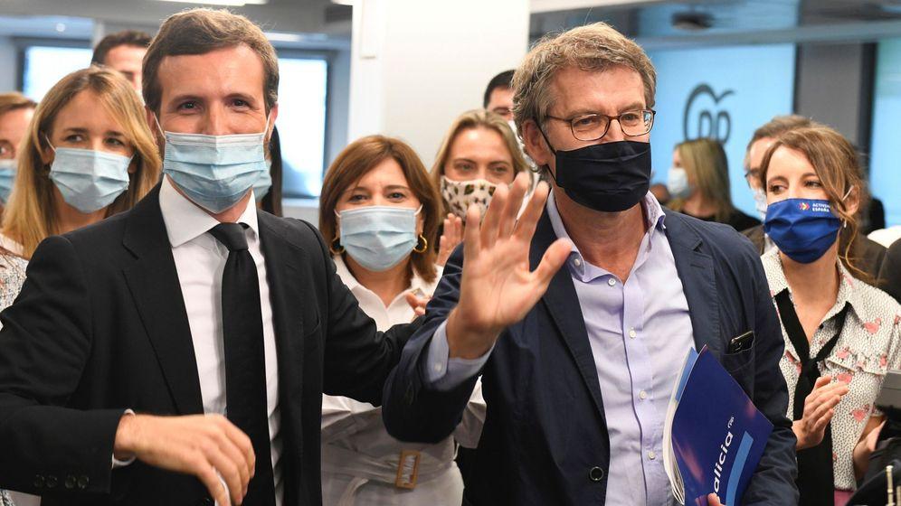 Foto: El presidente de la Xunta en funciones, Alberto Núñez Feijóo (dcha), es recibido por el líder del PP, Pablo Casado. (EFE)