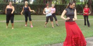 Reumáticos suecos se tratan en Benicassim bailando flamenco