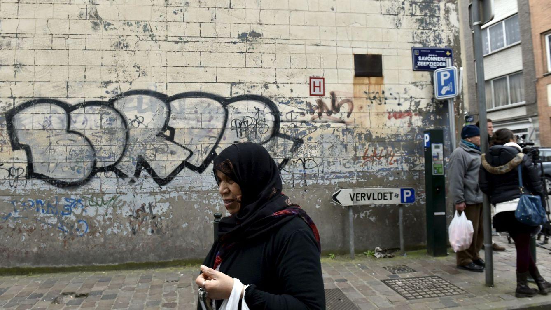 Foto: Una mujer pasa por delante de la casa donde fue arrestado Salah Abdeslam en el barrio de Molenbeek, el 19 de marzo de 2016. (Reuters)