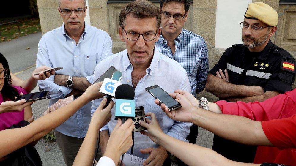 Foto: El presidente de la Xunta de Galicia, Alberto Núñez Feijóo (c), acompañado por el Delegado del Gobierno en Galicia, Santiago Villanueva (1i). (EFE)