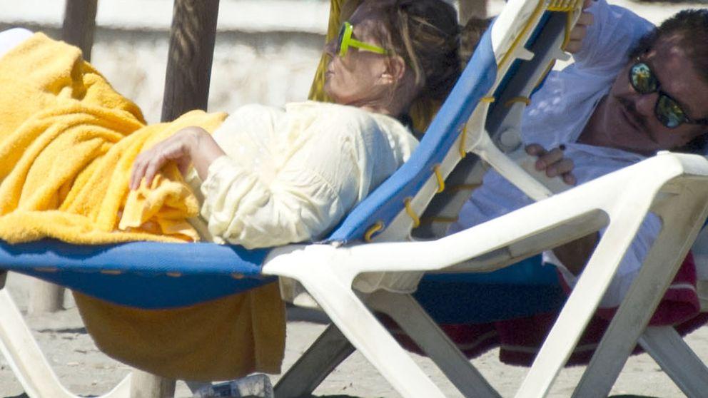 María Teresa se 'remoja' ante la mirada de Bigote Arrocet