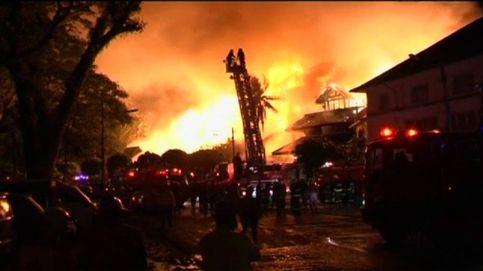 Espectacular incendio en un hotel turístico en Birmania