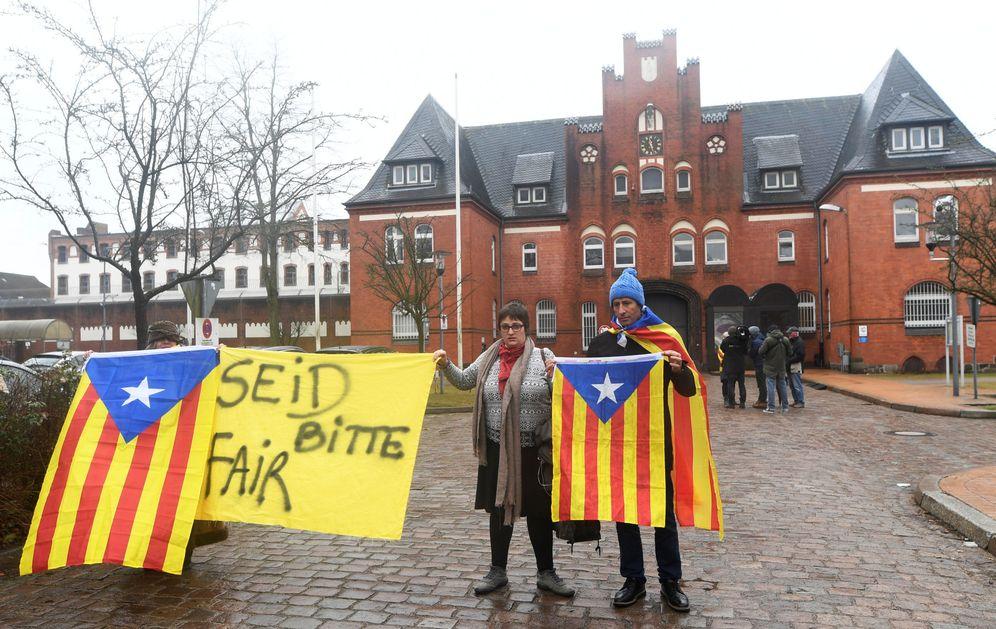 Foto: Manifestantes piden la liberación de Carles Puigdemont frente a la prisión de Neumünster, el pasado 3 de abril, cuando el expresident todavía permanecía confinado allí. (Reuters)