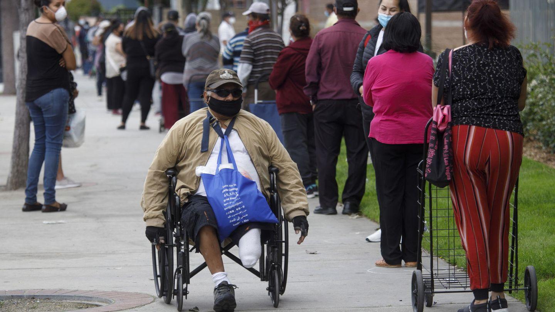 Colas para recoger comida en California, Estados Unidos. (Reuters)