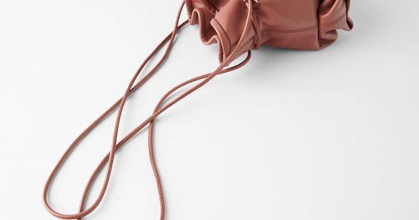 Estos bolsos de piel de edición limitada de Zara te sacarán