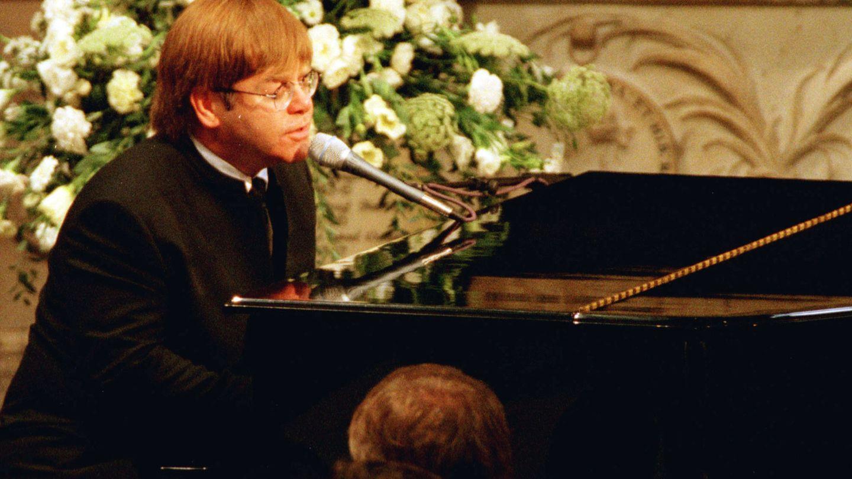 Elton John, homenajeando a Diana. (Reuters)