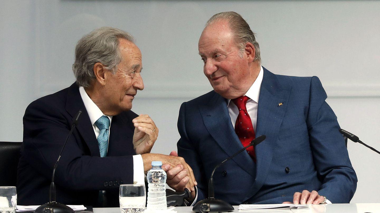 Juan Carlos I conversa con Juan Miguel Villar Mir. (EFE)
