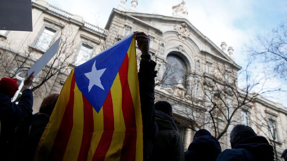 Foto: Una estelada, a las puertas del Supremo. (Reuters)