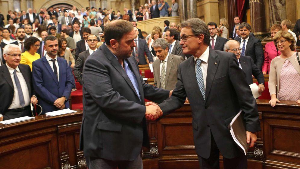 Foto: El presidente de la Generalitat, Artur Mas, estrecha la mano del líder de ERC, Oriol Junqueras. (EFE)