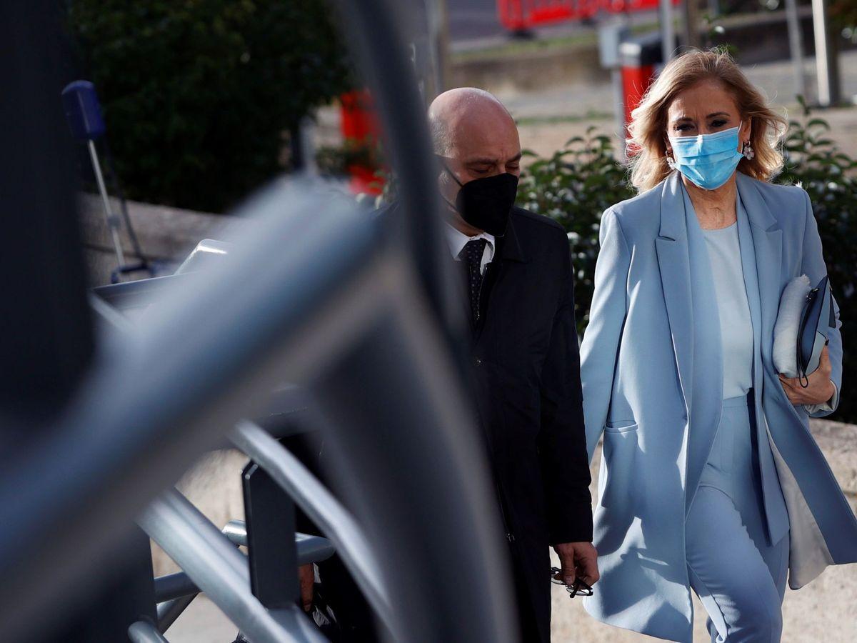 Foto: La expresidenta madrileña Cristina Cifuentes (d) llega a la Audiencia Provincial de Madrid. (EFE)