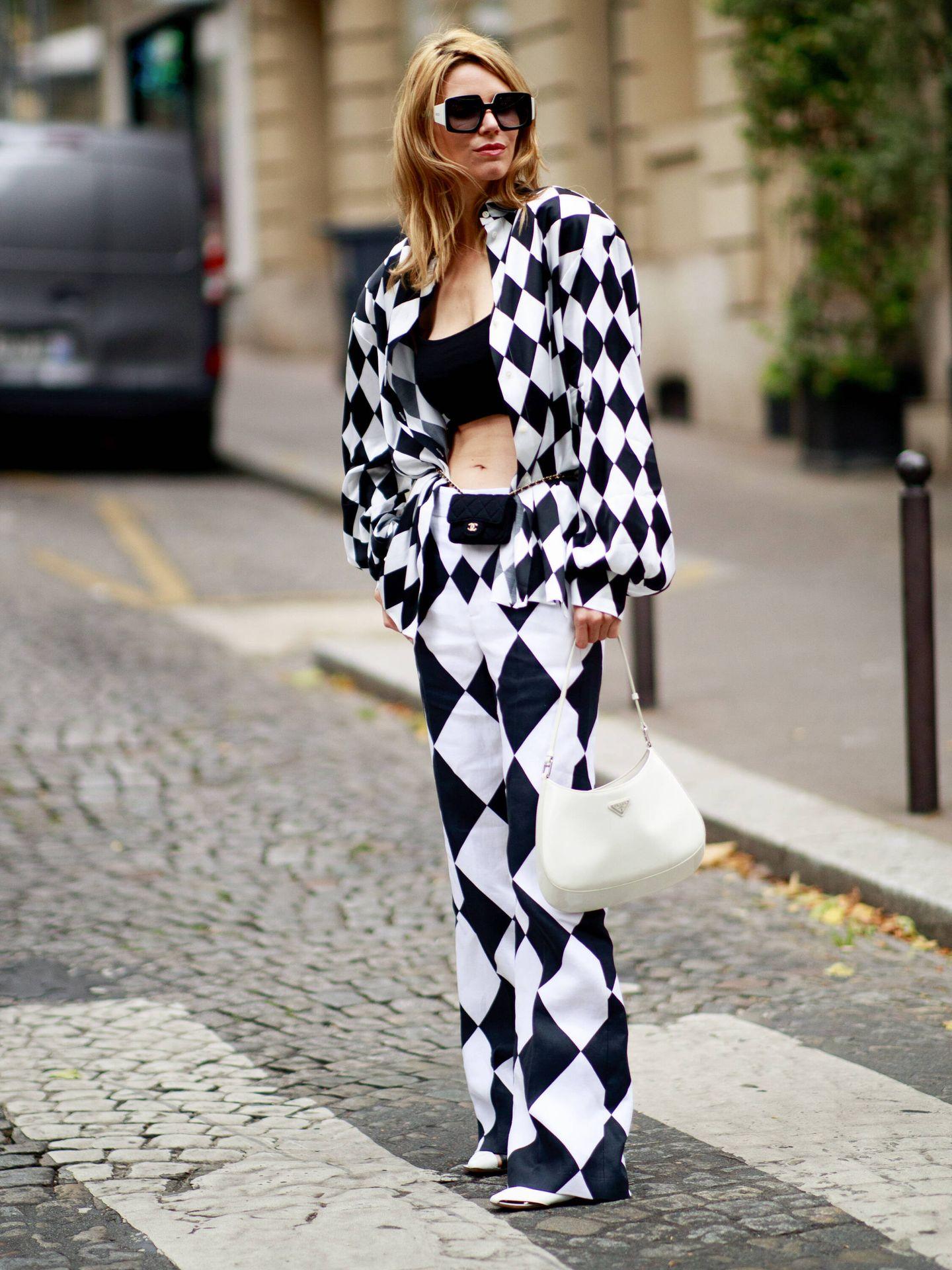 El look de Chanel en las calles de París. (Imaxtree)