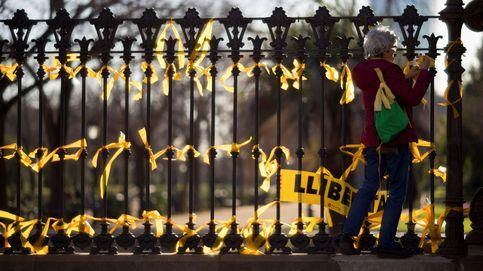 Los concentrados cerca del Parlament colocan lazos amarillos por los presos