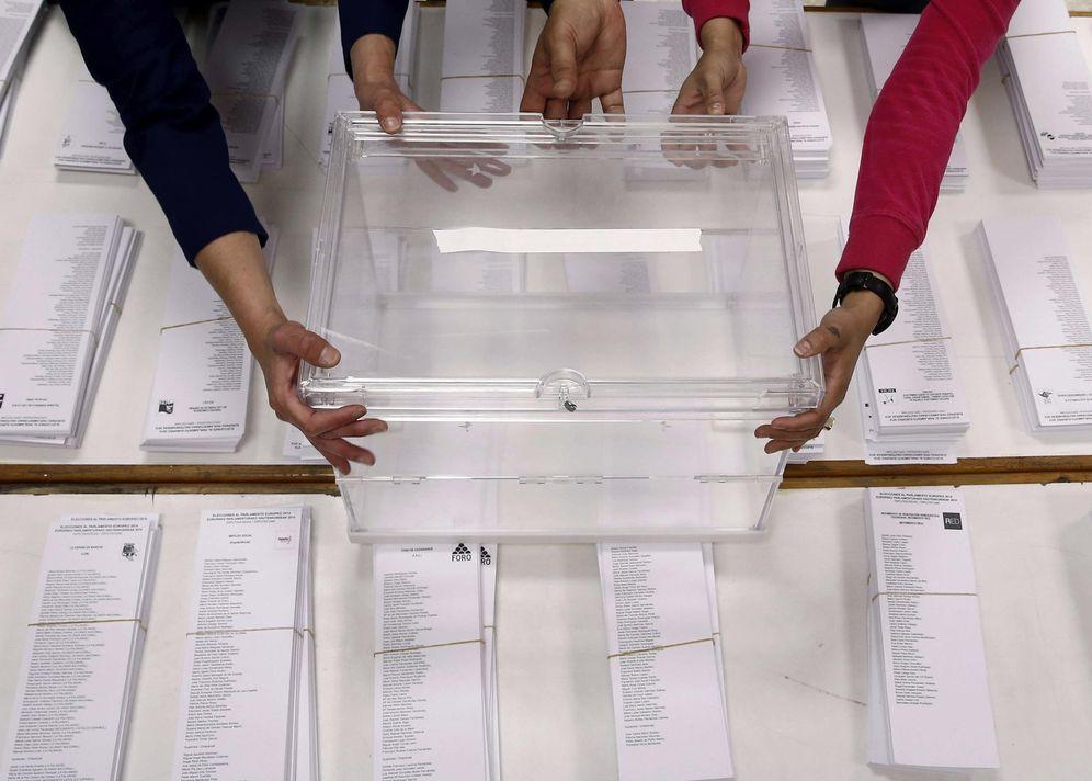 Foto: Colocación de urnas en un colegio electoral en Pamplona en la jornada de las últimas europeas, el 23 de mayo de 2014. (EFE)