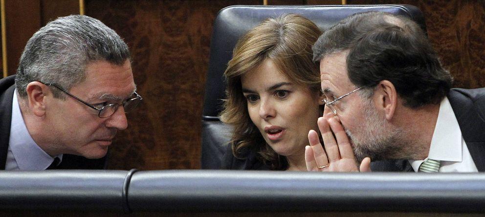 Foto: El presidente del Gobierno, Mariano Rajoy, la vicepresidenta del Gobierno, Soraya Sáenz de Santamaría y al ministro de Justicia, Alberto Ruiz-Gallardón. (EFE)