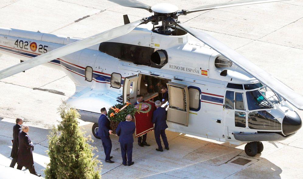 Foto: Operarios introducen el féretro con los restos de Francisco Franco en el helicóptero para su traslado al cementerio de El Pardo-Mingorrubio. (Reuters)