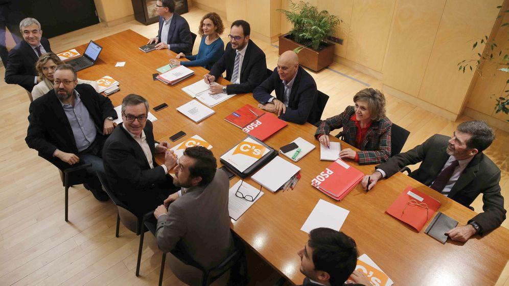 Foto: Los equipos negociadores de PSOE y C's, durante su segunda reunión. (EFE)