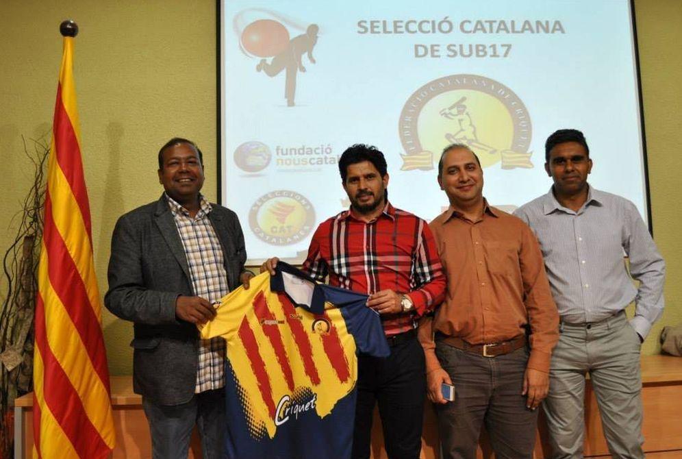 Foto: Robert Masih (i) en un acto de la selección catalana de críquet (Twitter)