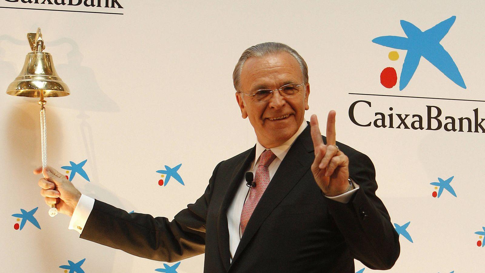 Foto: El presidente de La Caixa, Isidre Fainé, realizó el tradicional toque de campaña en la Bolsa de Madrid marcando el inicio de cotización en la Bolsa española de CaixaBank en 2011. (EFE)