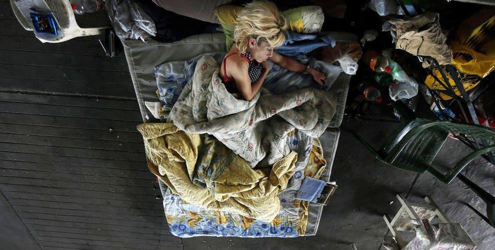 Foto: Marialena, una vagabunda y exadicta a la heroína de 42 años, duerme bajo un puente en el centro de Atenas (Reuters).