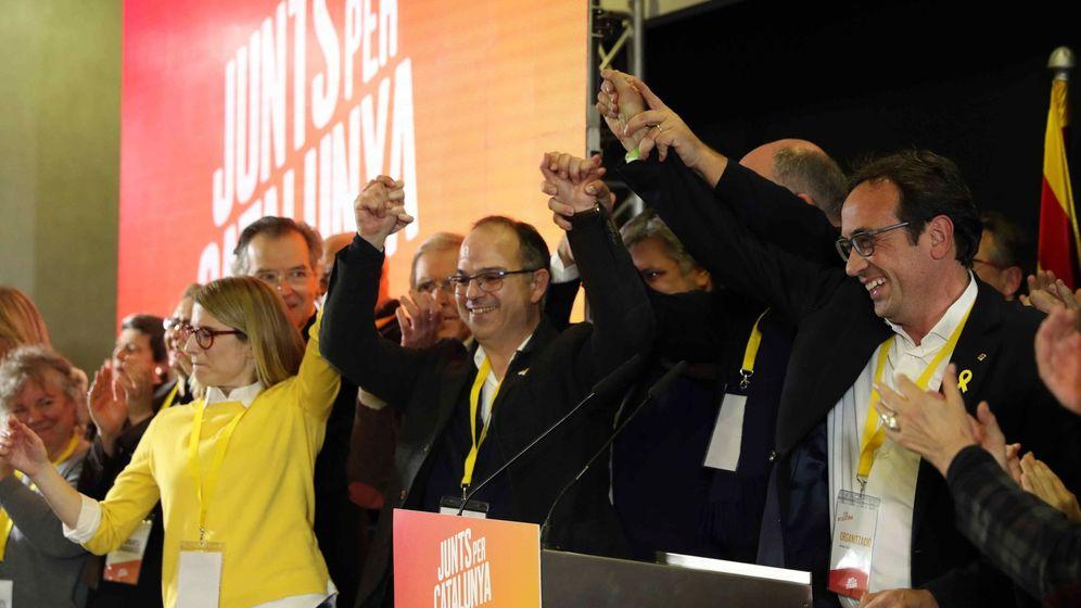 Foto: Elsa Artadi, de amarillo, junto a los miembros de JxCAT en la noche del 21-D. (EFE)