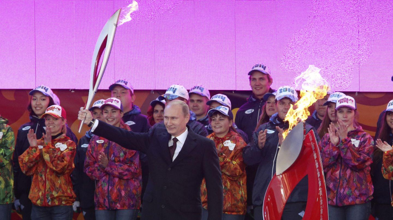 El presidente ruso Vladimir Putin sostiene la antorcha olímpica en Moscú (Reuters).