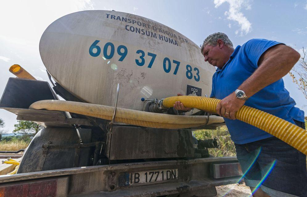 Una cisterna llena un depósito en Mallorca el verano pasado
