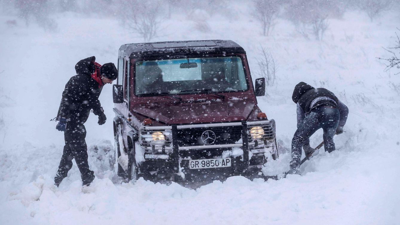 Foto: Dos hombres intentan sacar su todo terreno atrapado en la nieve en Yecla (EFE)