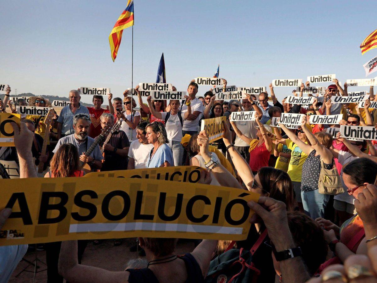 Foto: Independentistas participan en concentraciones de apoyo a los dirigentes del 'procés'. (EFE)