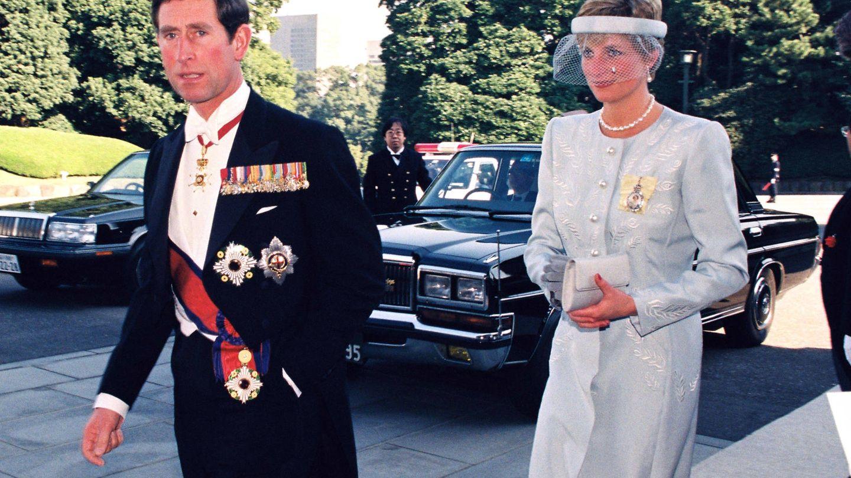 Carlos y Diana llegando a la entronización de Akihito. (Getty)